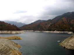 秋の奥利根湖