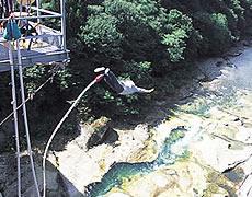 群馬みなかみ・諏訪峡大橋でバンジージャンプ