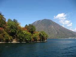 中禅寺湖から男体山